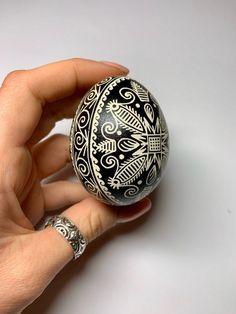 Sewing Crafts, Diy Crafts, Ukrainian Easter Eggs, Egg And I, Coloring Easter Eggs, Egg Art, Egg Decorating, Mandala Design, Easter Crafts