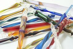 Ernst glass pens are dip-style pens which hold the ink in capillary action in the flutes on the outside of the nib. Description from glasspens.com. I searched for this on bing.com/images