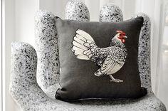 Dieses Meisterwerklich Gestaltete Kissen, Mit Einem Stattlichen Hahn, Wird  In Einem Französischen Atelier Gefertigt