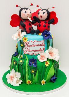 Cele doua figurine buburuze se scalda in flori colorate de primavara si isi declara iubirea sarbatorind cu un tort personalizat delicios.  Un tort potrivit pentru o petrecere in gradina, indiferent de ocazie.