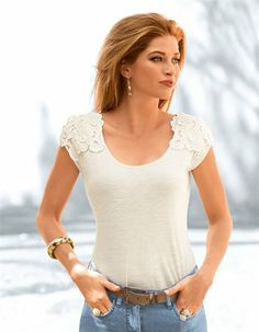 Dieses Shirt macht Lust auf Romantik: Schmückende Blütenapplikationen akzentuieren auf elegante Weise die Schultern – ein reizvoller Blickfang!