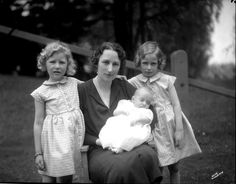 księżna koronna Norwegii Märtha z dziećmi: księżniczka Astrid, książę Harald [na rękach], księżniczka Ragnhild [po prawej] - 1937r.