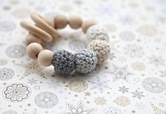 Teintes neutres de gris et de beige. Anneau de dentition gris, beige, blanc jouet avec crochet perles en bois. Hochet pour bébé.