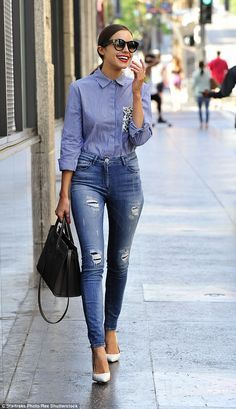 Olivia Culpo showcases slender frame in very tight high-waisted jeans. - Total Street Style Looks And Fashion Outfit Ideas How To Wear High Waisted Jeans, High Waist Jeans, Outfit Stile, Denim Outfit, Olivia Culpo Style, Looks Camisa Jeans, Stylish Outfits, Cool Outfits, Jean Outfits