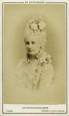 Madame Latour. Albumine visitekaart foto (1872) gemaakt door Charles Reutlinger. Verzameling Wilfried Vandevelde.