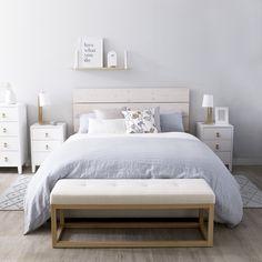 Cabecero Nyssel | Un cabecero de cama en madera natural de abeto, ideal para conseguir un estilo nórdico en tu dormitorio. Está realizado de forma manual por artesanos, consiguiendo que cada pieza sea única. #kenayhome #deco #decor #interior #design #cabecero #natural #madera #wood #decapado #white #blanco #listones #bed #room #liv #nyssel #blue #flower #lino #linen #texture #scandi #nordik #chest #bedside #alfombra #rug #apartment #style #home #homedecor #whiteinterior