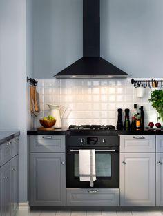 Cocina gris con horno de aire forzado y campana extractora en gris oscuro