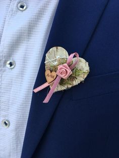Do you also have badges planned for your guests? How about a personalis . Do you also have badges planned for your guests? How about a personalized variant, as you have chos Dyi Flowers, Diy Wedding Flowers, Backyard Wedding Pool, Diy Boutonniere, Wedding Badges, Family Flowers, Amazing Weddings, Bridal Outfits, Wedding Day
