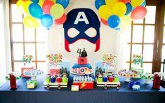 Para menino de 4 anos, a mesa de festa cheia de heróis é uma ideia da Lollis. Batman e Capitão América representam a 'categoria'. Foto: Divulgação