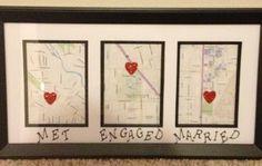 """Regalo para recién casados. Como veis en la imagen se trata de tres mapas distintos con un corazón que marca el lugar dónde sucedieron tres cosas importantes: """"Nos conocimos"""", """"Nos prometimos"""" y """"Nos casamos"""". Puedes variar los acontecimientos y poner dónde fue el primer beso, por ejemplo."""