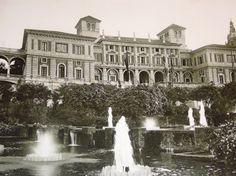 *1929.- Una imatge del Pavelló de la Caixa de Pensions durant els dies de l'Exposisió de 1929 a Montjuic. En primer terme, l'espai aquàtic amb brolladors i salts d'aigua avui desaparegut. Mereix també atenció la secció annexa a l'edifici a l'esquerra de la imatge amb uns arcs avui també despareguts. BARCELOFÍLIA