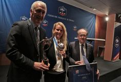 Quarts de finalistes du Mondial 2015, les Bleues ont effectué leur rentrée en recevant le prix du Fair-Play, Amandine Henry se voyant remettre le Ballon d'Argent ; deux prix décernés par la FIFA à l'issue de la Coupe du Monde au Canada.