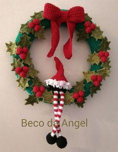 Guirlanda com 25 cm de diâmetro toda em crochê com azevinhos e um gnomo. Peça delicada, exclusiva que vai deixar a sua casa com uma decoração de Natal de encher os olhos. Peça exclusiva do Beco da Angel. Pode ser personalizada a seu gosto. Tenho diversos modelos Crochet Christmas Wreath, Crochet Wreath, Crochet Christmas Decorations, Christmas Crochet Patterns, Holiday Crochet, Crochet Toys Patterns, Christmas Knitting, Crochet Designs, Crochet Crafts