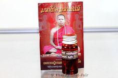 Magisches Öl Nham Man Maha Saneh Thep Rantuan Ruun Wat Khru 2558 Thai Amulett des ehrwürdigen Luang Phu Naen Kampeero, Abt des Wat Ban Kaset Thung Sedthie, Tambon Waeng, Amphoe Phoon Thong, Changwat Roi Et, Isan, Nordost-Thailand, vom Samstag dem 28.03.2558 (2016). Luang Phu Naen stellte das magische Öl in einer Kleinstserie von nur 599 Fläschchen her.