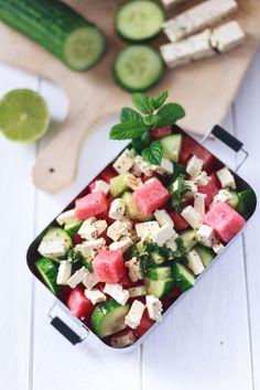 Zum Mitnehmen bitte: Zum Abkühlen: Wassermelonen-Salat mit Gurke, Feta und frischer Minze