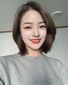 girl short hair on Kpop Short Hair, Asian Short Hair, Asian Hair, Girl Short Hair, Korean Short Hairstyle, Medium Hair Cuts, Short Hair Cuts, Medium Hair Styles, Curly Hair Styles