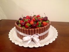 Bolo kit kat frutas vermelhas.  Nossos bolos feitos com amor e carinho para você! Orçamentos e encomendas: queroacucarbolos@gmail.com e pelo celular e whatsapp (21) 98056-6621