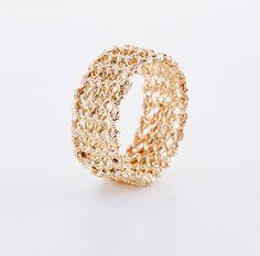 Gestrickter Ring in rosegold eine Schmuckkollektion von Anne-Catherine Lüke, Schweiz Jewelry Knots, Gold Rings, Knitting, Spare Ribs, Silver, Rings, Cast On Knitting, Patterns, Switzerland