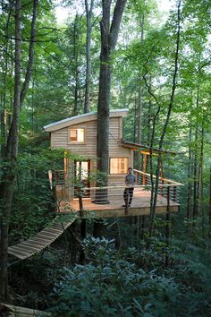 How To Build A Treehouse ? This Tree House Design Ideas For Adult and Kids, Simple and easy. can also be used as a place (to live in), Amazing Tiny treehouse kids, Architecture Modern Luxury treehouse interior cozy Backyard Small treehouse masters Beautiful Tree Houses, Cool Tree Houses, Beautiful Homes, Amazing Tree House, Building A Treehouse, Treehouse Ideas, Treehouse Cabins, Luxury Tree Houses, Red River Gorge