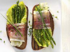 Röstbrot mit Spargel-Schinken-Päckchen | Kalorien: 288 Kcal - Zeit: 20 Min. | http://eatsmarter.de/rezepte/roestbrot-mit-spargel-schinken-paeckchen