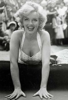 Marilyn Monroe leaving her handprints at Grauman's Chinese Theater, Los Angeles, June Marylin Monroe, Estilo Marilyn Monroe, Marilyn Monroe Fotos, Classic Hollywood, Old Hollywood, Pin Up, Cinema Tv, Gentlemen Prefer Blondes, Actrices Hollywood
