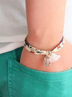 Idée créative : bracelet en tissu ! À motifs, ou unis, les tissus se prêtent aussi à la réalisation de bijoux !   http://www.mondialtissus.fr/actualite/collection-flowers.html