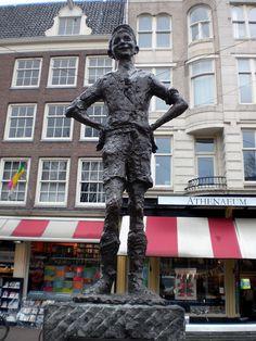 """HET LIEVERDJE, Spui Symbool van een """"rotjongetje"""", een arrogant lefgozertje, maar met een gouden hart. Altijd op zoek naar wat toen (1960) kattenkwaad werd genoemd. Centrale plek voor de """"happenings"""" van de provo's. Amsterdam, Sculpture Art, Sculptures, Places Worth Visiting, Netherlands, Street Art, Hart, History, Statues"""