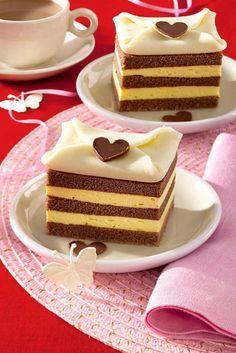 1. Pentru blat, se separă albuşurile de gălbenuşuri. Se bat albuşurile spumă, împreună cu zahărul. Se adaugă gălbenuşurile, apoi făina şi cacaua cernute. 2. Se tapetează o formă de tort cu margarină şi făină. Se toarnă în formă compoziţia pentru blat şi se introduce în cuptorul preîncălzit, pentru aproximativ 20 de minute. Se poate proba … Food Cakes, Cupcake Cakes, Cupcakes, Romanian Desserts, Russian Cakes, Cake Recipes, Dessert Recipes, Gingerbread Cake, Lava Cakes