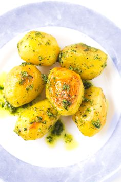 Roasted pesto potatoes - Roasted pesto potatoes! It sounds great and tastes better. I couldn't live without potatoes, they're perfect for Christmas and if you also add pesto, you have the perfect side dish.