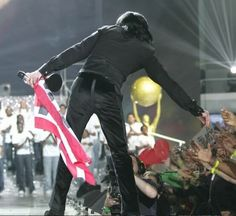 ♚♥MICHAEL JACKSON♥♚ ஜ WORLD MUSIC AWARDS 2006 *OGLING INTENTLY* AND  SINGING THE PRAISES OF MIKEY'S PHENOMENALLY LUSCIOUS BOOTAY!!
