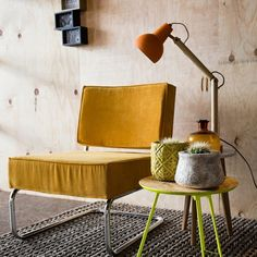 Masa rotunda pliabila din OSB si metal galben L Zuiver Pure Lounge, Colorful Interiors, Lighting Collections, Vintage Kitchen Curtains, Vintage Style Wallpaper, Pastel Interior, Vintage Inspired Office, Leather Dining Room Chairs, Vintage Home Offices