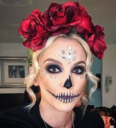 Looking for for ideas for your Halloween make-up? Browse around this site for creepy Halloween makeup looks. Unique Halloween Makeup, Scary Halloween, Halloween Night, Halloween Party, Rosto Halloween, Day Of Dead Makeup, Day Of Dead Costume, Catrina Costume, Maquillage Halloween Simple