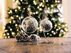"""Des pommes de pin à l'intérieur de boules de Noël transparentes à remplir ! Une idée de déco """"fait-maison"""" simple mais originale"""