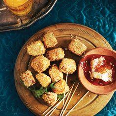 Préparation: 10minutes Cuisson: 5minutes 8portions Ingrédients 2c. à soupe de farine tout usage 80ml (1/3tasse) de graines de sésame 1 œuf 1paquet (200g) de fromage haloumi, coupé en cubes de 2cm(3/4po) 750ml à 1litre d'huile végétale (3 à 4tasses) 1c. à soupe de miel Instructions Mettre la farine et les graines de sésame dans deux …