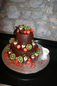 gâteau chocolat, glaçage chocolat, kiwi, fraises en smoking chocolat et crème anglaise
