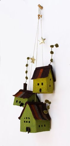 Miniature of three rustic felt cottages to hang. Felt House decoration for all seasons. Miniature of three lovely houses in green tones. Made of felt, treated to get some rigidity. The measures range from 3 (7,5 cm) of the largest cabin and 2 (5 cm) of the smaller cabin. The height with rope