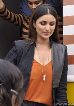 Parineeti Chopra's new hairstyle - poker straight tresses. via Voompla.com Indian Actress Photos, Indian Bollywood Actress, Beautiful Bollywood Actress, Beautiful Indian Actress, Bollywood Fashion, Indian Actresses, Modern Outfits, Sexy Outfits, Parneeti Chopra