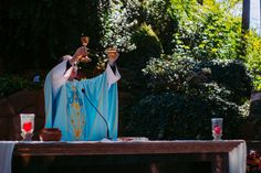 Imagen católica: padre,comunion,consagracion,transubstanciacion,sacerdote,pan,vino,milagro - Cathopic