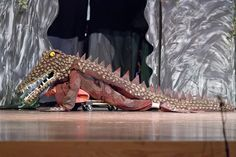 Just use a skateboard for movement of the crocodile. Mad Hatter Costumes, Movie Halloween Costumes, Toy Story Costumes, Theatre Costumes, Character Costumes, Peter Pan Play, Peter Pan Kostüm, Peter Pan Crocodile, Peter Pan Musical