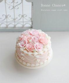 おはようございます☺✨ * ミニチュアは、薔薇のシュガーケーキを制作致しました * 淡い色合いで仕上げてみました 食べるの勿体無いと思ってもらえたら嬉しいです(ミニチュアだから食べれないけど) * * #ミニチュア#ミニチュアフード#ドールハウス #シュガークラフト#シュガーケーキ #シュガークラフトケーキ#ケーキ #薔薇#ローズ#粘土#ガーリー #miniature#miniaturefood#dollhouse #sugar#sugarcraft#sugarcraftcakes #rose#roses