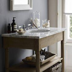 Une salle de bains grise qui mixe les matériaux