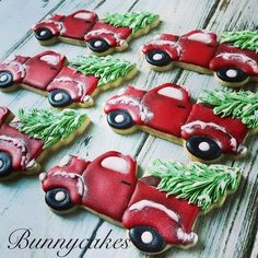 christmas cookies sugar Weihnachtspltzchen Red Christmas Pickup truck decorated sugar cookies, puts a cool vintage spin on your holiday treat table! Made by Bunnycakes Easy Holiday Cookies, Christmas Sugar Cookies, Fancy Cookies, Iced Cookies, Christmas Cupcakes, Christmas Sweets, Cute Cookies, Cupcake Cookies, Christmas Baking
