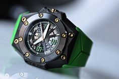 The Linde Werdelin Oktopus Double Date carbon and green
