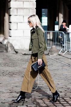 Πώς να δημιουργήσετε μια μη-προφανή στρατιωτική εμφάνιση »STEAL THE LOOK London Fashion Weeks, Street Looks, Street Style, Street Chic, Jeans Kaki, Military Trends, Bota Over, Pantalon Large, Workwear Fashion