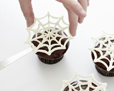 How to make spider web cupcakes - a quick and easy Halloween dessert! Learn more here: http://cakejournal.com/tutorials/easy-spider-web-cupcakes/