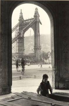 Budapest 1954 Photo: Jean Marquis A lebombázott Erzsébet-híd pesti hídfője Types Of Photography, Street Photography, Old Pictures, Old Photos, Vintage Photographs, Vintage Photos, Capital Of Hungary, Great Pic, Star Sky
