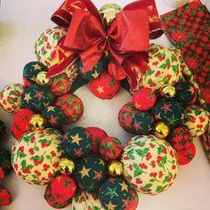 Aprenda a fazer uma linda guirlanda para sua decoração natalina. Artesão ensina os passos: 'Quanto menos você conseguir gastar, melhor'.