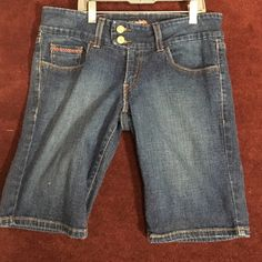 Levis Bermuda shorts This is a size 7 Levis Bermuda shorts.  They are in good condition and have a bit of stretch to them Levi's Shorts Bermudas