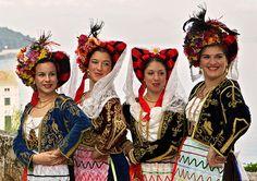 """ΚΕΡΚΥΡΑ """" Αριστοκρατική, κοσμοπολίτικη, υπόδειγμα τέχνης και πολιτισμού, μοναδικής ομορφιάς, αυθεντική, που έχει κατακτήσει δικαιωματικά τη θέση της σε πίνακες ζωγραφικής και συλλεκτικές γκραβούρες.""""ΗΛΕΚΤΡΑ ΦΑΤΟΥΡΟΥ Greek Traditional Dress, Traditional Outfits, Corfu Greece, Greek Culture, Folk Dance, Ethnic Dress, Greek Clothing, Festival Dress, Folk Costume"""
