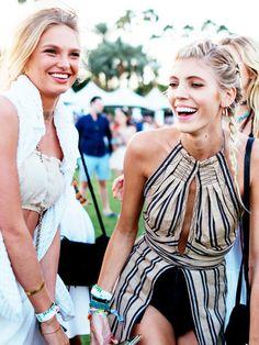 Die Victoria's Secret-Models Romee Strijd und Devon Windsor am ersten Tag des Coachella-Festivals.
